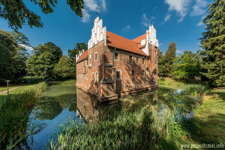 Zamek Wojnowice, Gmina Miękinia, regularna prostopadłościenna murowana budowla wystająca z niewielkiego stawu otoczona parkiem